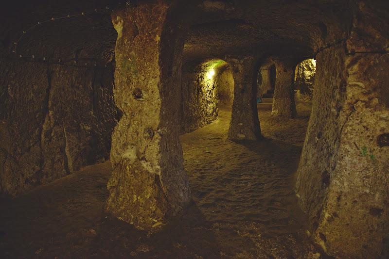 Catacombe si sali subterane.