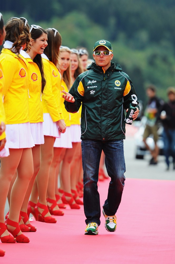 Хейкки Ковалайнен проходит мимо грид-герлз на параде пилотов Гран-при Бельгии 2011 в Спа