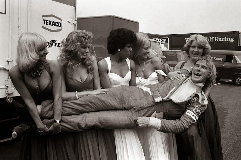 Джеймс Хант на руках у девушек на в Брэндс-Хэтч на Гран-при Великобритании 1976