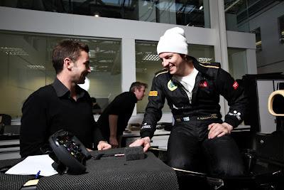 Кими Райкконен разговаривает с инженером Lotus в Энстоуне 27 января 2011