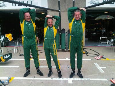 механики Team Lotus на пит-лейне Гран-при Канады 2011