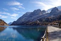 Auf dem Scheitel des Passo di Fedaia (2057m). Der Lago di Fedaia am Ausläufer des Marmolada-Massivs.
