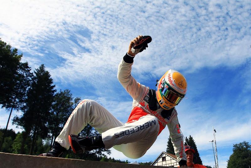 прыжок Льюиса Хэмилтона после схода на Гран-при Бельгии 2012