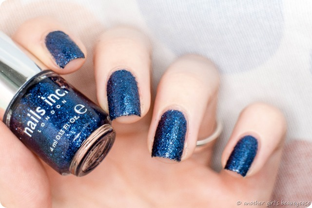 LFB Marineblau Navy blue liquid sand glitter nails inc sloane gardens swatch - Kopie