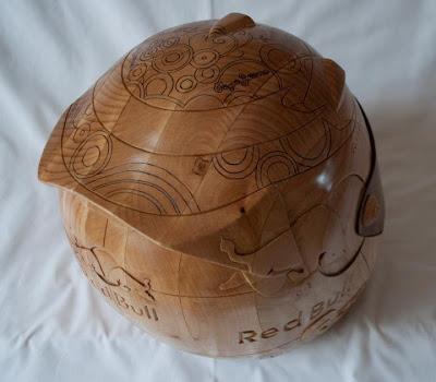 шлем Себастьяна Феттеля из дерева - вид сзади