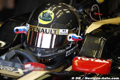 Виталий Петров в специальном черном шлеме в болиде Lotus Renault на Гран-при Италии 2011 в Монце