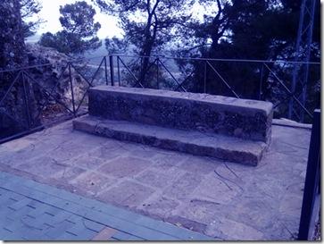 Banco de piedra en el Paseo de las Murallas