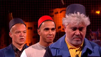 Льюис Хэмилтон в красной шапочке на шоу Грэма Нортона