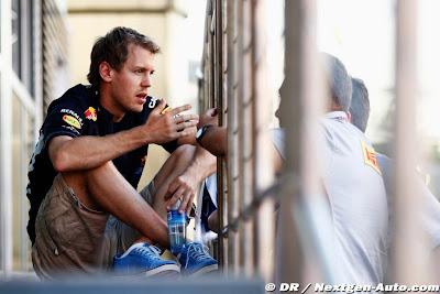 Себастьян Феттель разговаривает с парнями из Pirelli на Гран-при Испании 2012