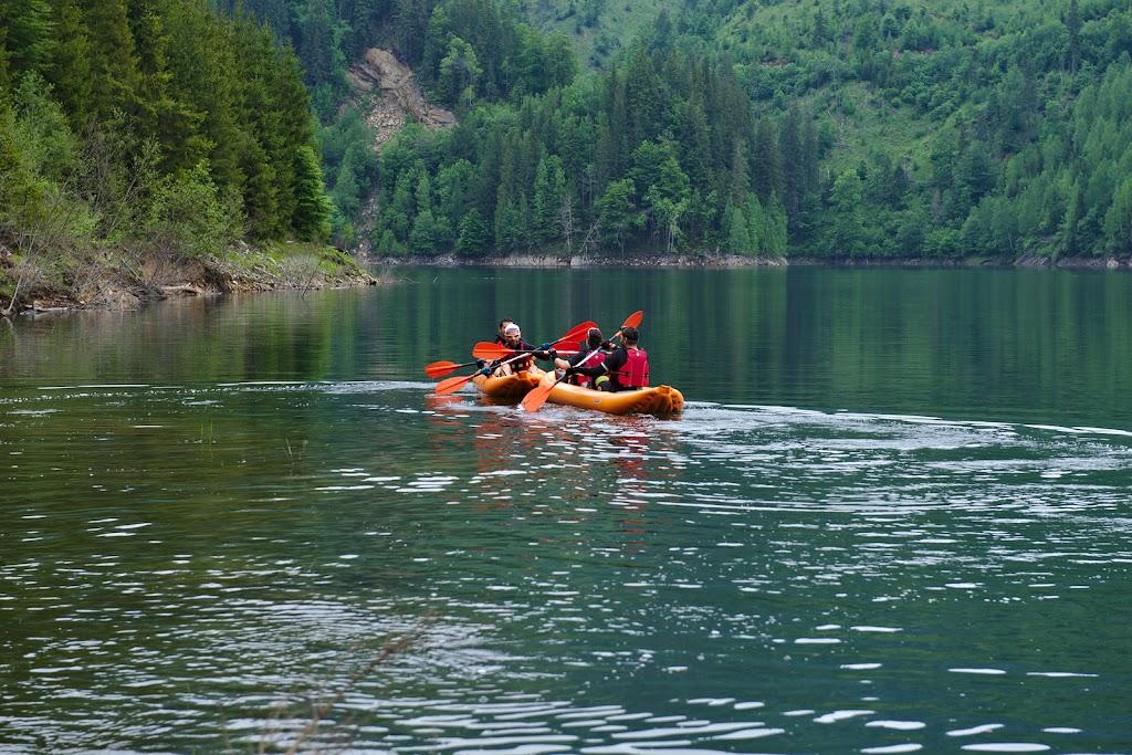 """Munca de echipa. In cazul acesta startul echipei Valea Rea nu a fost cel mai fericit. De pe lac se auzea puternic: """"Spatele tine directia""""."""