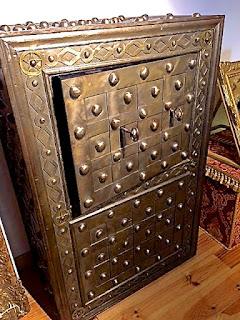 Кованный сейф. 19-й век. Высота 150 см. 7000 евро.