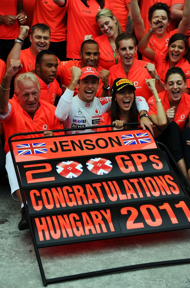 Дженсон Баттон в окружении Джона Баттона и Джессика Мичибата отмечают победу на 200-ом Гран-при для Дженсона на Гран-при Венгрии 2011