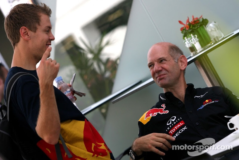 Себастьян Феттель показывает палец Эдриану Ньюи на Гран-при Сингапура 2011