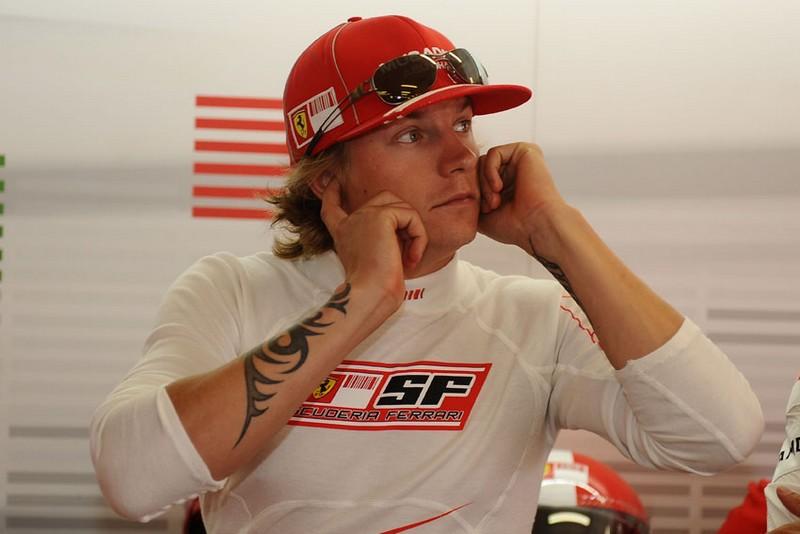 Кими Райкконен затыкает уши в боксах Ferrari