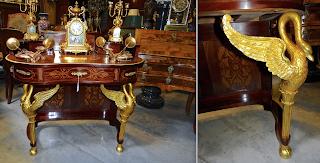 Красивый туалетный столик с бронзовыми скульптурами. ок.1900 г. Красное дерево, позолоченная бронза, маркетри, выдвижные ящики. 103/53/92 см. 5900 евро.