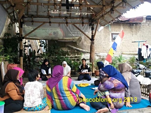 Sekolah Ibu RW 13 Dago bertempat di saung RW 13 Dago