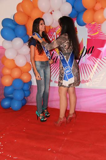 Barbara recebendo a faixa da Musa da Capa Adulta 2012, Natana Cortes