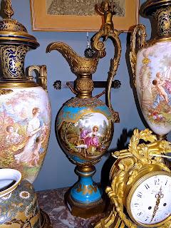 Антикварный кувшин. Франция 19-й век. Расписной фарфор, бронза. Высота 98 см. 6900 евро.