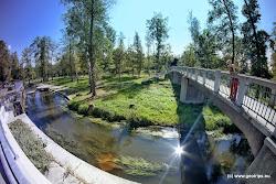 Vodácký kanál na levém ramenu řeky umožňuje obeplout nebezpečný jez, který je cca. 200 za dřevěnou lavkou.