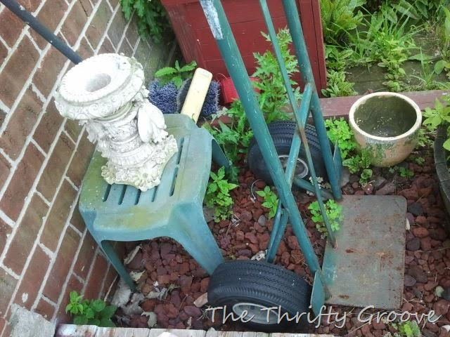 weed killer use vinegar @thethriftygroove.com eco-friendly, natural, green, organic and thrifty