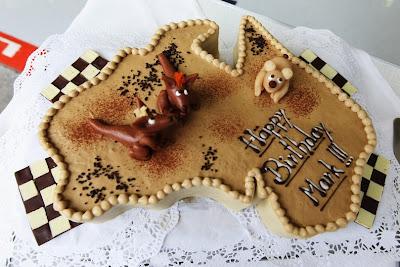 торт в форме австралийского континента и с кенгуру Марку Уэбберу в честь его 35-летия на Гран-при Бельгии 2011