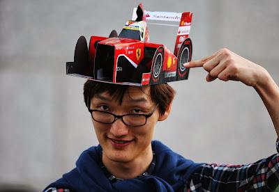 болельщик Ferrari в кепке-болиде Фелипе Массы на Гран-при Кореи 2013