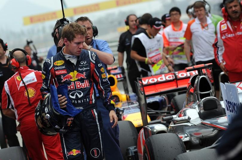 Себастьян Феттель смотрит на болид McLaren после квалификации на Гран-при Кореи 2011