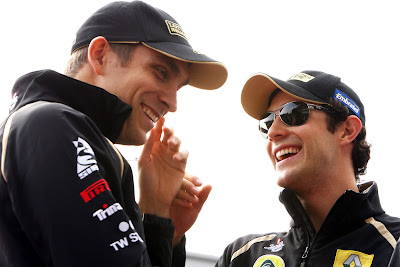 Виталий Петров и Бруно Сенна смеются на Гран-при Кореи 2011