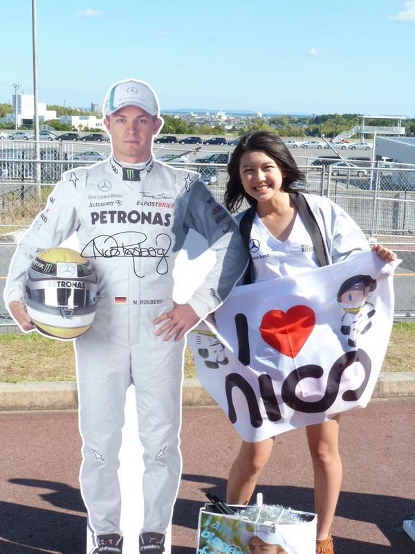 Mana рядом с картонной фигурой Нико Росберга на Гран-при Японии 2011