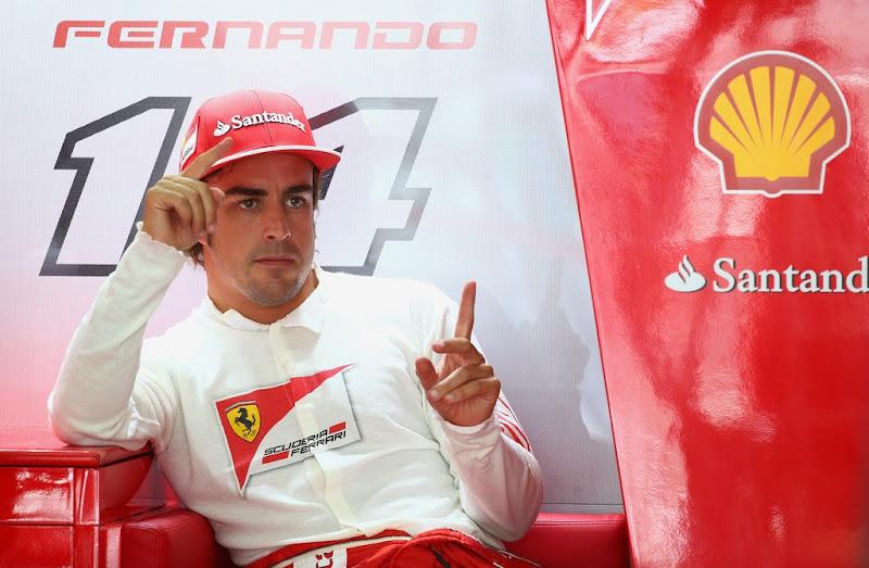 Фернандо Алонсо пальцует в гараже Ferrari на Гран-при Малайзии 2014