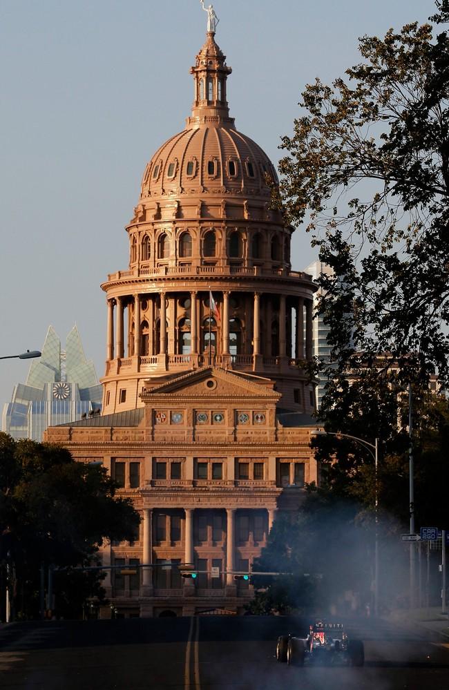 Дэвид Култхард мчится на болиде Red Bull к Texas Capitol