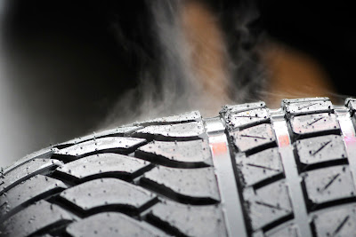 пар-дым от дождевой резины Pirelli на Гран-при Бельгии 2011