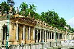 """Období rozmáhající se prosperity město prožívalo v 18. a 19. století, kdy sem za léčbou jezdila řada významných osobností, např. ruský car Petr I., J. W. Goethe, Friedrich Schiller nebo Ludwig van Beethoven. Tuto """"zlatou éru"""" Karlových Varů ukončuje 1. světová válka následovaná hospodářskou krizí, a také evropská konkurence jiných měst."""