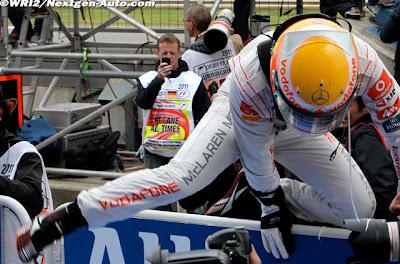 Льюис Хэмилтон перепрыгивает ограждение закрытого парка после победы на Гран-при Германии 2011