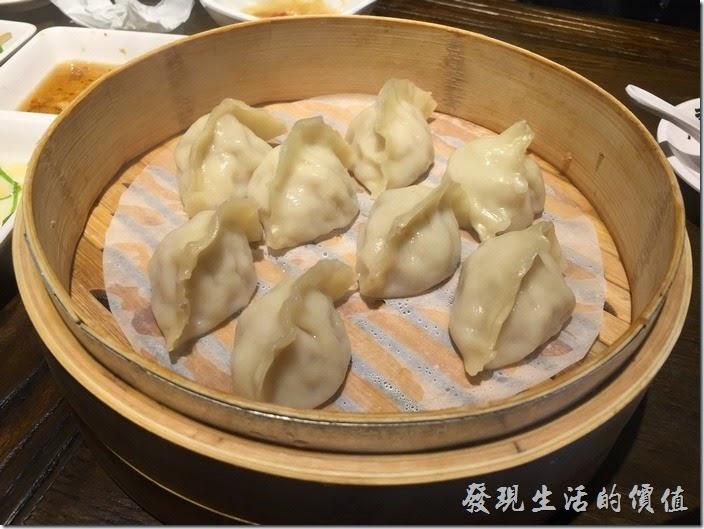 台北南港-朱記‧餡餅粥。鮮肉蒸餃,NT120。一籠八顆,一顆NT15有點小貴,不禁讓我想起來「ㄔ留香」的蒸餃也很好吃,又不貴。