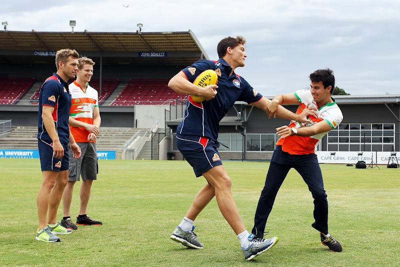 Нико Хюлькенберг и Серхио Перес в компании с Western Bulldogs играют в Австралийский футбол перед Гран-при Австралии 2014