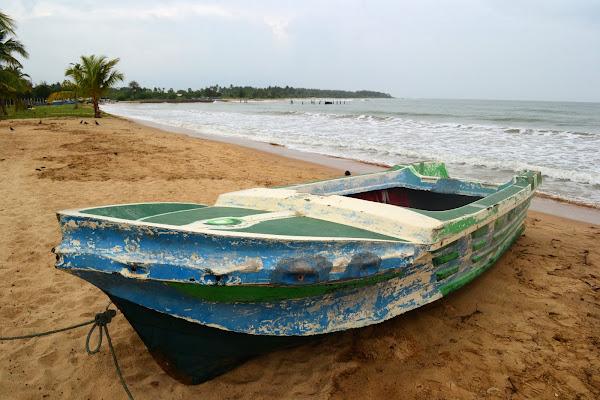 Лодка на берегу океана, Шри Ланка