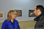 35: La concejala de cultura habla con un visitante de la exposición