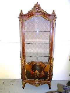 Красивая антикварная витрина с росписью. 19-й век. Дерево, резьба, позолота, с трёх сторон ручная роспись. 9500 евро.