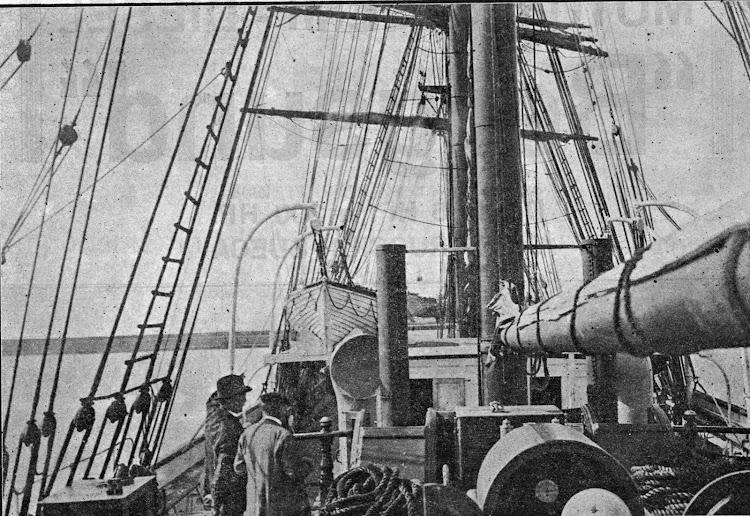 Detalle de la cubierta en donde se ven los escapes de los motores y los manguerotes de ventilación de la camara de maquinas. De la revista La Marina Mercante. Año 1920.tif