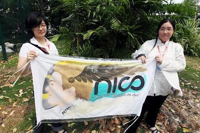 болельщицы Нико Росберга с баннером на Гран-при Сингапура 2012