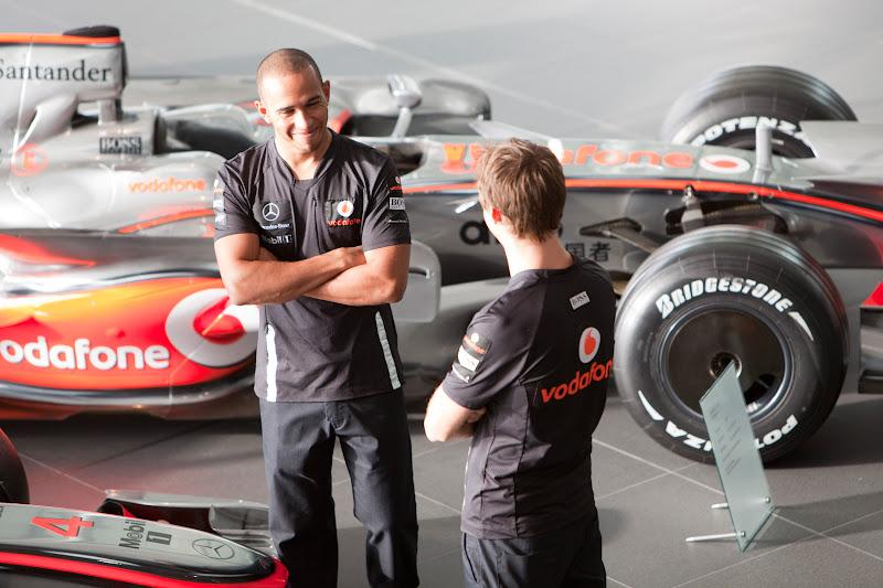 Льюис Хэмилтон и Дженсон Баттон в технологическом центре McLaren (MTC) в ноябре 2011