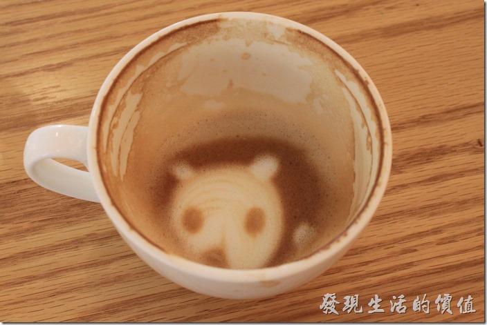 台南-A Week-Pacake-Coffee早午餐。工作熊習慣喝完咖啡後拍一下杯底,一來可以紀錄咖啡的濃淡,二來在杯底有時候會發現一些好玩的圖案。從這杯咖啡杯的杯底看來咖啡豆應該屬於中道重烘培。
