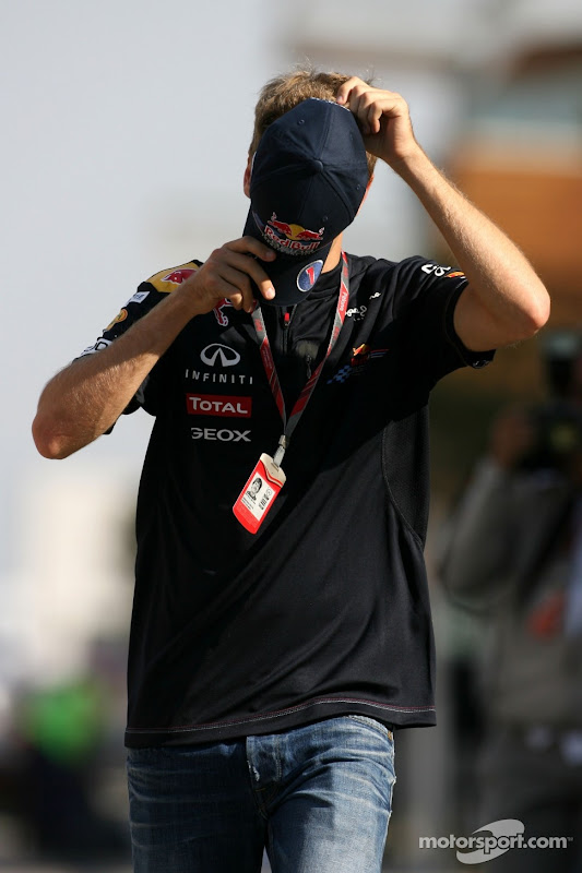 Себастьян Феттель фэйспалмит кепкой на Гран-при Кореи 2011