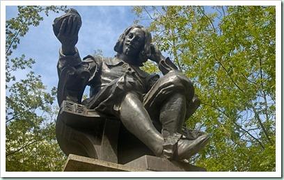 Statue-of-Sir-Thomas-Browne