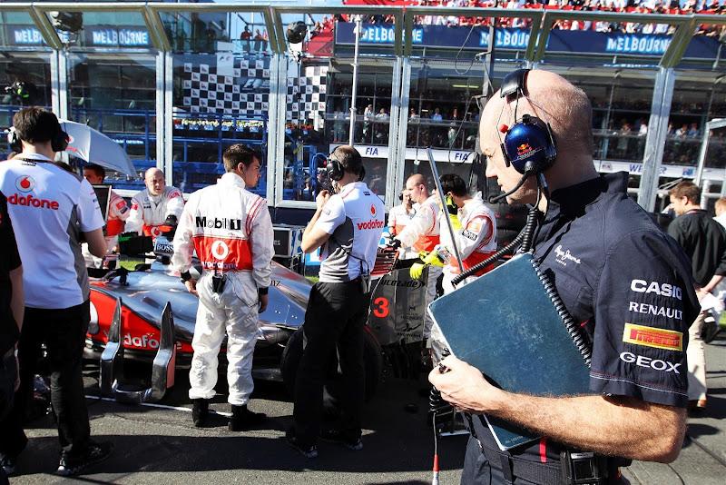 Эдриан Ньюи разглядывает болид McLaren на стартовой решетке Альберт-Парка на Гран-при Австралии 2012