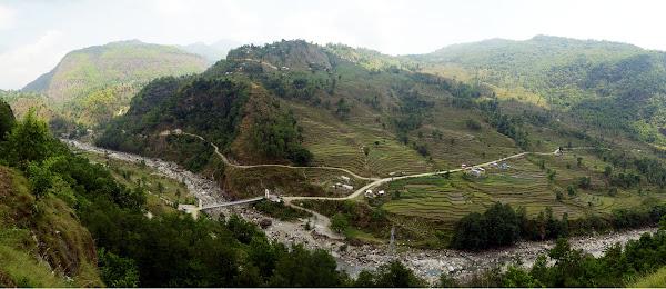 Панорама поля склон террасы горная река непал