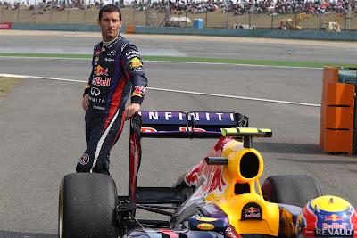 Марк Уэббер позирует у болида Red Bull после вынужденной остановки во время квалификации на Гран-при Китая 2013