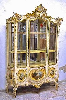 Красивая антикварная витрина ок.1875 г. Белый лак, роспись, позолота. 150/40/226 см. 15000 евро.