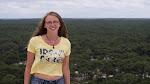 Viktoria auf der Dune-du-Pilat mit dem unendlichen Pinienwald im Hintergrund / Виктория на Дюне Пила на фоне бесконечного пиниевого леса